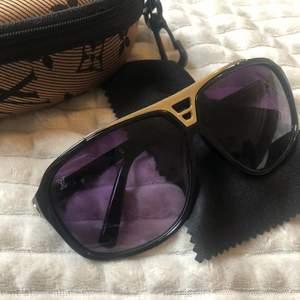 Louise vuitton solglasögon i topp skick o bra kvalité. Lv lådan för solglasögonen ingår.