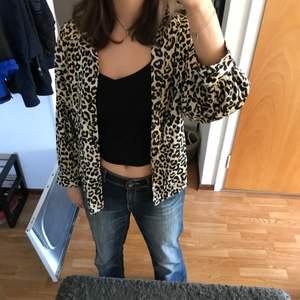 En mycket fin skjorta i leopardmönster från BIKBOK. Köpte den för några år sedan men den är bara använd ett fåtal gånger. Den är i bra skick och är mycket skön måste jag säga!! Hör av er vid frågor eller intresse!!😋🥰