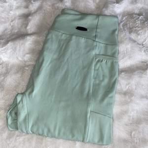 Säljer mina gymshark leggings som inte kommer till användning längre, de är använda ett fåtal gånger men hållit sig bra i skick, supermjukt material och bra stretch, är i storlek small, fraktar endast mot en fraktkostnad 🌺