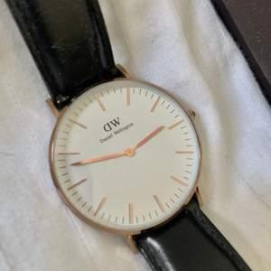 Säljer min gamla DW klocka, använd men funkar som den ska! Inga större repor, några få på glaset men inget som syns om man inte kollar noga. Ramen är 36mm i rosegold, köpt för 1700kr med läderband. De två banden på sista bilden följer även med, vilket är deras Classic Glasgow och Classic Southampton (köpt för 250kr styck). Allt sammanlagt säljs för 800kr, endast ha klockan med läderband säljs för 700kr, endast de två tygbanden säljs för 100kr tillsammans! 🥰