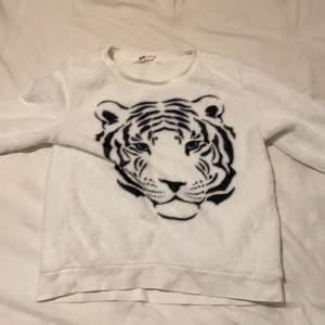 En fluffig tiger tröja är ganska andvänd men bra skick!