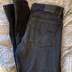 Superfina levisjeans, modell 710 super skinny! Tvätt med svart jeansfärg så är dom som nya igen🖤