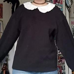 Jättegullig tröja från H&M. Knapp i nacken. Nästan som ny, knappt använd. Inga skador/fläckar. BETALNINGSMETOD: SWISH. PÄLSDJUR I HEMMET!