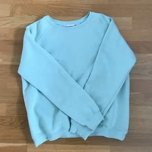 Jag säljer en mintgrön sweatshirt (den är mintgrön i verkligheten men det babyblue ut på kameran) den är mjuk inuti! Köparen betalar frakten :)