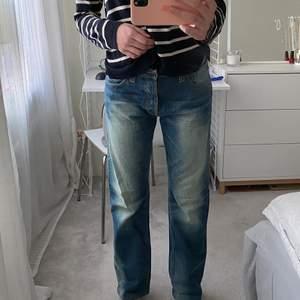 Intressekoll på mina coola jeans från Nudie Jeans💕🙏🏼 de är i storlek 32 waist men sitter bra på M och möjligtvis S och L också😍 säljer för att jag har liknande💕 de är lite baggy/ straight leg och low waist😍😍Nudie jeans brukar kosta runt 1300kr, buda från 200kr🙏🏼  frakten ligger på 79kr annars kan jag mötas i Stockholm