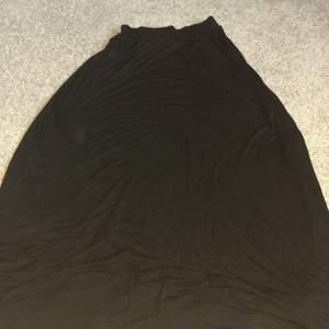 Superfin lång kjol, aldrig använd! Perfekt för sommarkvällar
