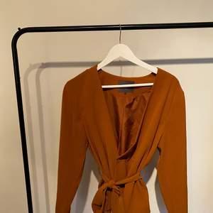 Jättefin Kavaj ifrån märket ICHI. I en orange-brun färg, storlek M. Säljer pga att den inte kommer till användning.