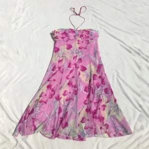 90s y2k halterneckklänning med tropiskt hibiscusmönster🌺 Strl 38, visad på en 34/36 där den blir lite stor i bysten. Fint skick! + frakt 50 kr 💫   Se även mina andra annonser, jag samfraktar gärna 💫