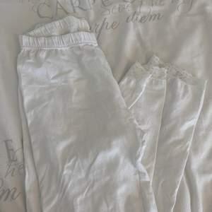 Säljer dessa fina vita leggings storlek xl men skulle säga att de passar s-m bättre.