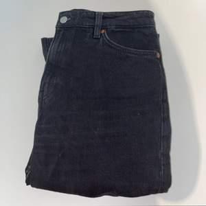 Säljer dessa Jeansen får Monki i modellen Yoko. Använda fåtal gånger och är i toppskick. Sitter bra i längden på mig som är 1,65. Frakt ingår inte i priset