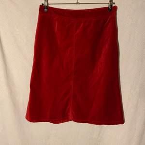 Kjol. Knälång Röd Kjol från H&M- Vintage  Storlek 42- Large (minus) Mått: Längd- Bredd-  Fabrique:  Exteriör- 100% bomull Interiör-  100% polyester   Färg:Röd