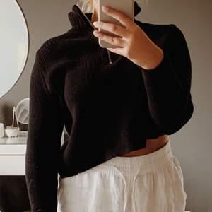 Säljer min svarta stickade tröja med krage och dragkedja då jag inte längre använder den. Jag har använt den några gånger men den är i fint skick. Jag skickar gärna men mot porto. Hör av dig om du har frågor eller vill ha fler bilder 💗💗