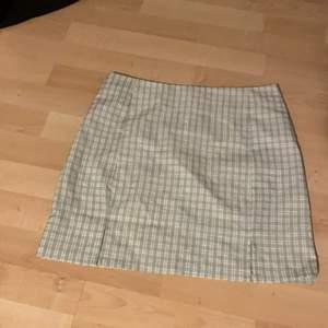 Säljer denna grön rutiga kjol från shein då den inte passade mig så bra, aldrig använt