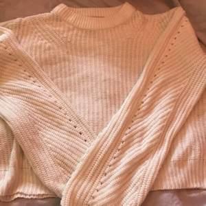 Super fin tröja i kabelstickat material, storlek xs! Super fint skick, inga fläckar eller liknande!