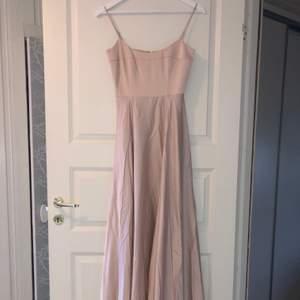 Världens finaste balklänning i satin i färgen gammalrosa!! Köpt från asos och är helt oanvänd! Ord. pris: 1 169 kr, mitt pris: 850 kr + frakt. Hör av dig om du har fler frågor, priset kan diskuteras vid snabbt köp 💕