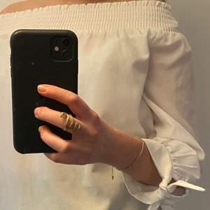 Jag säljer en oanvänd vit fin blus. Man kan dra ner blusen då axlarna syns, alltså en offsholder blus. Det finns en knytning på varje ärm längst ner som är en fin detalj. Säljer den för 70 kr + frakt.