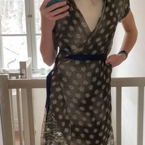 En jättefin silkeliknande klänning med en lång kofta. Klänning - strl 38, kofta- strl small. 100kr för sig och 200 för båda. Köpare står för frakt