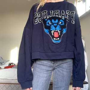 ¡INTRESSEKOLL! På denna as balla tröjan med ett fet tryck på, på framsidan, storleken är XL, men skulle säga att den är en S då den är väldigt liten k storleken och passar mig som har xxs,xs,s, skulle även passa M, hade kunnat tänka sälja för 200kr +62kr frakt