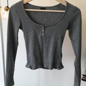 Grå croppad tröja från Gina Tricot i str XS.                     Sparsamt använd och inga slitningar etc.                       Kan mötas upp i Malmö/Lund eller frakta