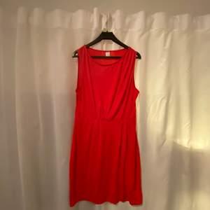 """Jättefin röd klänning som har lite """"linne"""" -liknande armar, perfekt nu till sommaren😋 säljer för 120kr och kan frakta om köparen står för frakten❤️🚚"""