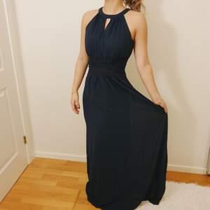 Perfekt klänninh till både bal och fest! Prislappen är kvar och den är helt oanvänd. Väldigt behagligt material i en fin marinblå färg. Frakten ingår i priset! Hör av dig om du vill ha fler bilder!❤
