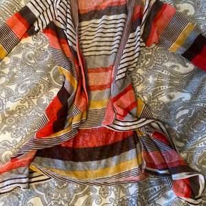 Säljer denna cardigan på grund av att den inte är min stil, den har bara hängt i garderoben och har aldrig används❤️ Köpare står för frakt!