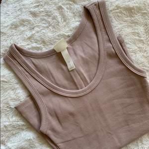Säljer detta ribbade basic linnet i storleken XS, passar även på en S. Aldrig använt, som nytt. Säljer för 90 kr. Köparen står för frakten!