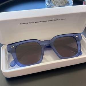 (Lägger upp igen pga oseriös köpare) Ett par slutsålda chimi solglasögon färgen acai modell #004 med mörkt glas💕 Aldrig använda alltså så alla lådor ingår samt dustbag💕 nypris är 999 kr, köp direkt för 750💕 fortsätt annars budningen från 600 då jag redan fått bud💕