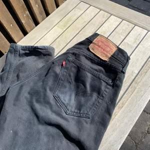 Vintage Levis 501 jeans med hål🌟 Eftersom det är vintage Levis är midjestorleken lite off men jag skulle säga att den sitter som en 38 i midjan(Skriv privat för mått) Men längden är som vanligt om inte längre🥰