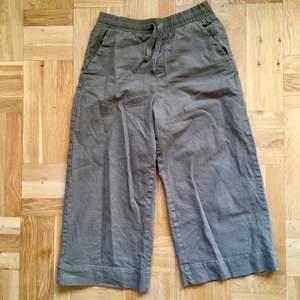Sköna byxor från Monki som passar fint för när man vill vara lite mer avslappnad. Fin struktur med ett grövre bomullstyg med fin struktur, liknande linne, och en mellangrön ton. De är i fint skick endast använda ett fåtal gånger. Storlek S.