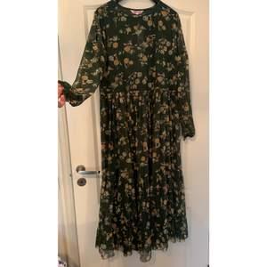 En klänning från indiska, som ni kan se på andra bilden ser man igenom den. Skriv vid intresse ❤️