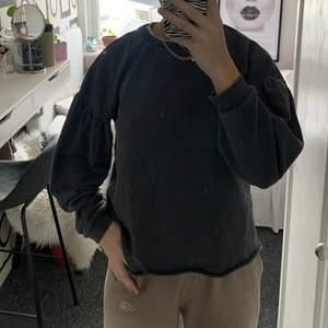 Knappt använd tröja, stentvättad grå, puffärm och bredare nedtill