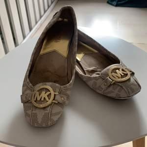 Ballerinaskor från Michael kors, använda men fina. Storlek 38. Kan skickas men köpare står då för frakten! ✨ kolla gärna in mina andra annonser