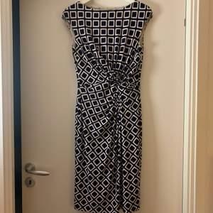Knälång klänning från Ralph Lauren. Blå/vit. Mycket bra skick.