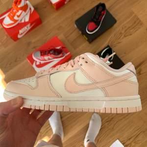 Säljer dessa nya och oanvända Nike dunk Low Orange Pearl i 35.5. Pris: 2100 Kom pm för mer bilder