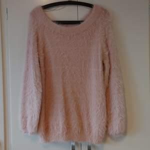Gina Tricot, fluffig rosa tröja i strl S. Sparsamt använd. Köparen står för frakt. (Kan skickas som brev då blir frakten billigare, men då är det ej spårbart)