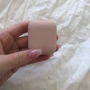 Ett super fint babyrosa AiPod-case från holdit som aldrig är använt!