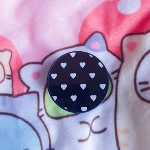 Svart pop socker med vita hjärtan♡köpt på kawaiishop (nypris 79kr) köparen står för frakt och samarbetar gärna♡