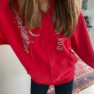 Säljer min helt nya snygga one of one zip-hoodie(äkta)👠köpte för 1000kr i visby, (helt ny o går inte att få tag på) BUDA I KOMENTARERNA, bud på 2100 just nu, säljer bara för bra bud!