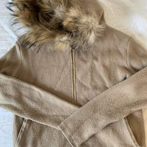 brown zip up cardigan with lionesque hood! y2k vibes!! from Lely Wood. one size. original price: 500kr