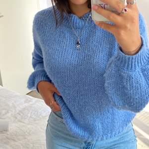 Jättemysig stickad tröja i en fin blå färg, storlek XS. Frakt: 50 kr. Skriv vid intresse eller fler frågor🥰