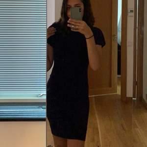 Marinblå glittrig festlig, klänning från boohoo💓 strl 36 skulle kunna funka till de som har 38, den är ganska stretch💓 använt 1 gång💓 Skriv privat om du är intresserad 💓