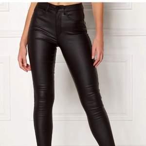 Säljer dessa byxor med fejkskinn för att de är för små. Storlek XXS men passar XXS - S. De är väldigt stretchiga 💕💕 de är använda men i ganska bra skick