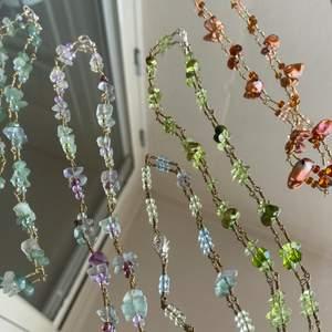 Annons!!!! Jag säljer massvis med superfina handgjorda halsband, av metall och pärlor av olika slag (främst glas)❣️ alla finns var för sig i min profil, CHECKA!!!😘   1 halsband: 150kr 2 halsband: 250kr 3 halsband: 300kr Osv….  _____________________________________  Checka min profil, finns massvis med smycken för bra priser❣️ hör av dig med frågor, kan även customiza så du får vad du vill ha🙏🤝  _____________________________________