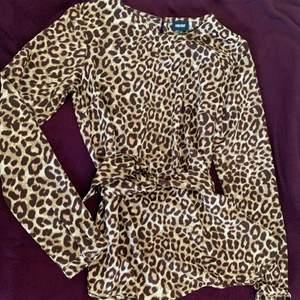 Leopard mönstrad blus, mjukt och skönt tyg. Storlek xs och har blivit använd en gång tidigare.