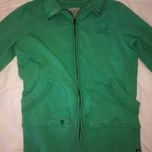 Grön hoodie. Köpt någon gång på tidiga 2000-talet. Vill ha betalt i kontanter