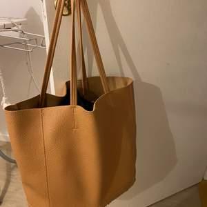 beige väska som knappt är använd