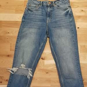 Säljer dessa straight jeans från gina. använda 5-6 gånger💓 säljer för att de är för stora för mig. Obs, inga fläckar på byxorna bara skuggor.