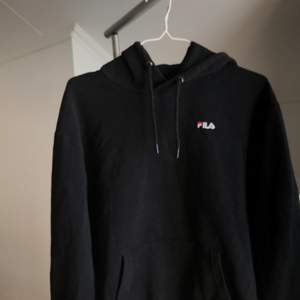 svart FILA hoodie i storlek L, men sitter rätt tight på mig som är en M💘