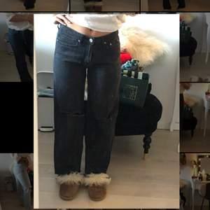 Gråsvarta Zara jeans, är 156, går precis t ankeln, klippta hål, storlek 36
